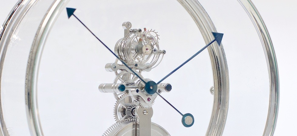 Fine table clock movement in round case